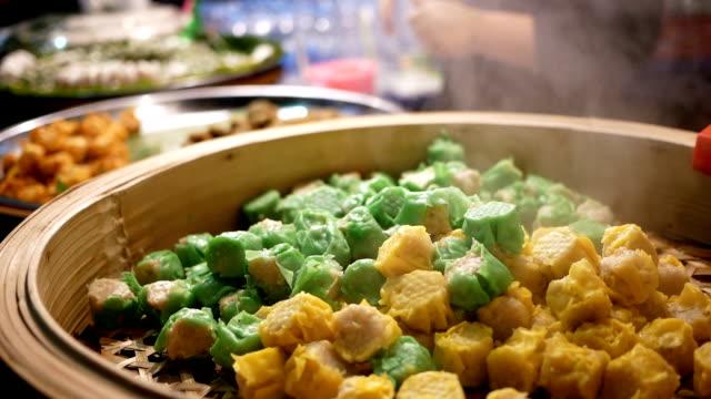 Comida China con vapor en el mercado de la noche - vídeo