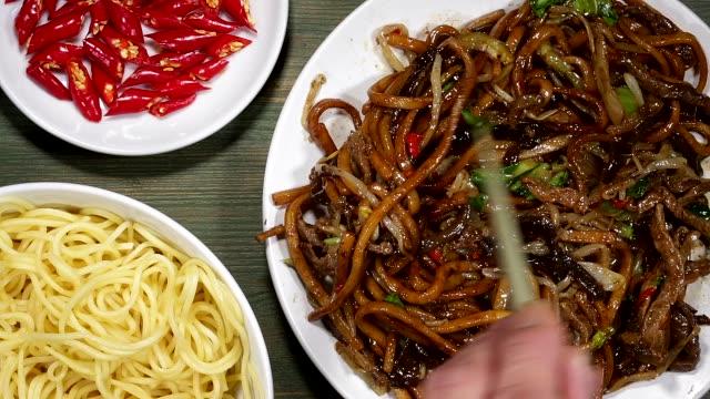 Res chino frito y fideos Udon - vídeo