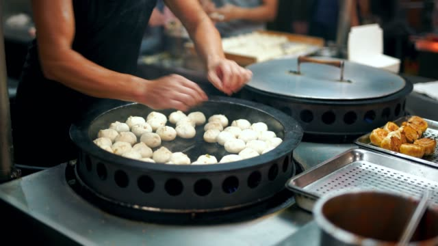 chinesische gebratene brötchen am topf vegan - kloß stock-videos und b-roll-filmmaterial