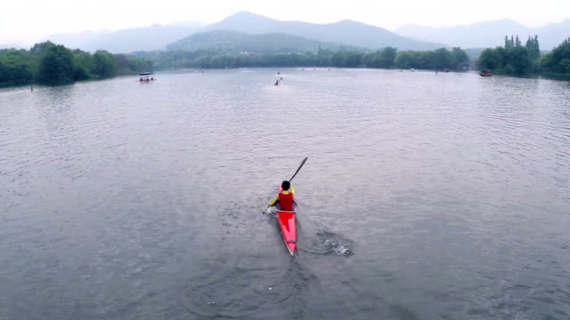 vídeos de stock e filmes b-roll de atleta praticar caiaque na china no lago, em tempo real. - liga desportiva