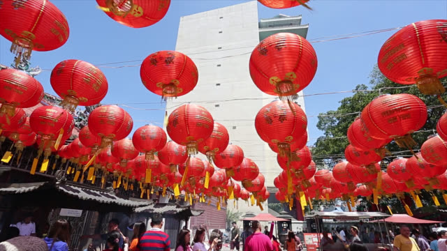 Chinês lanternas penduradas do lado de fora do Templo de para decorar - vídeo
