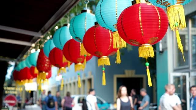 Linternas chinas se mecen en el viento de la tarde. - vídeo