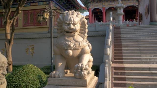 китайский лев, китай храм для счастливого китайского нового года - chinese new year стоковые видео и кадры b-roll