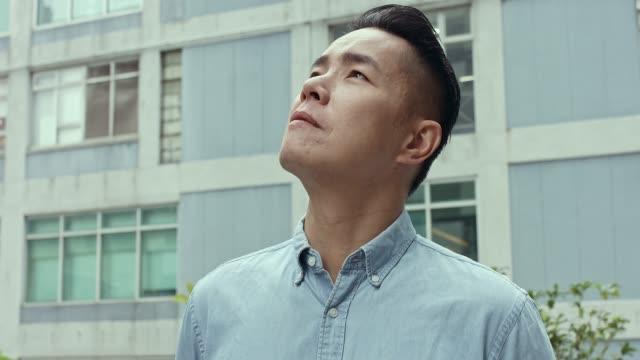 vídeos de stock e filmes b-roll de chinese man portrait - homem casual standing sorrir