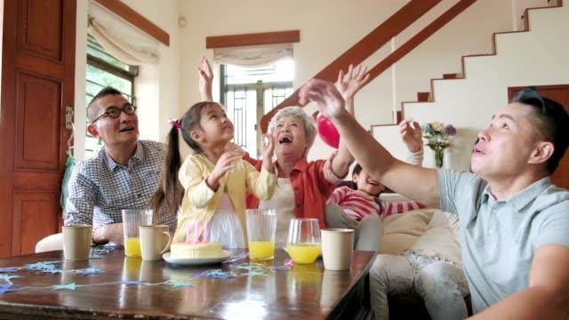 famiglia cinese multi-generazione che festeggia un compleanno al chiuso - dolci video stock e b–roll