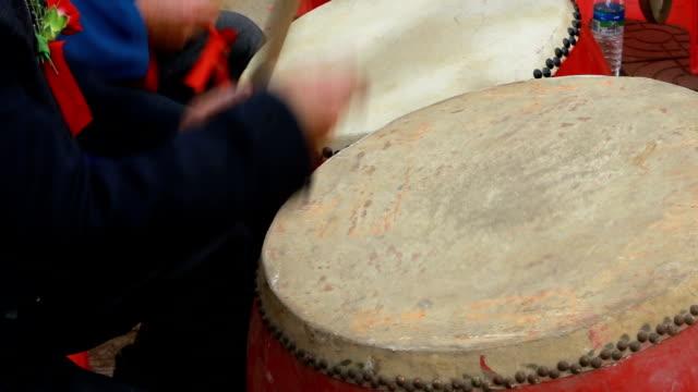 vídeos de stock e filmes b-roll de chinese music culture drumming - bateria instrumento de percussão