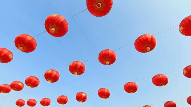 китайский новый год фонарь с небесно-голубой - китайский фонарь стоковые видео и кадры b-roll