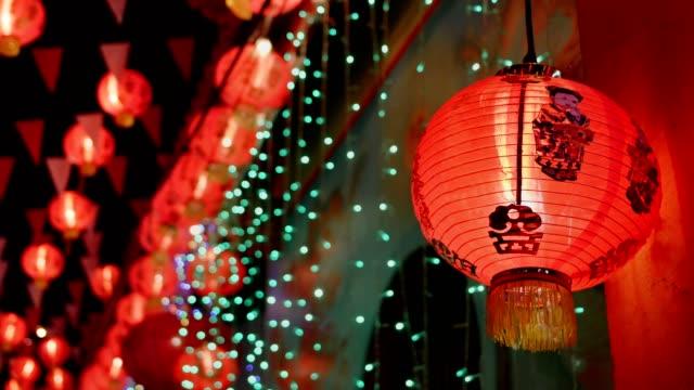 китайский новый год фонари в chinatown, благословение текст означает иметь богатство и счастливы - китайский фонарь стоковые видео и кадры b-roll