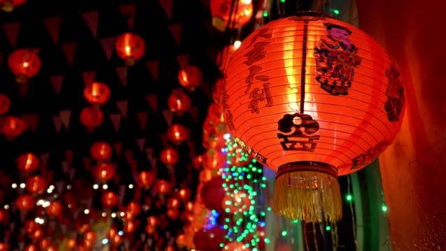 chinese new year lanterns in chinatown ,blessing text mean have wealth and happy - lanterna attrezzatura per illuminazione video stock e b–roll