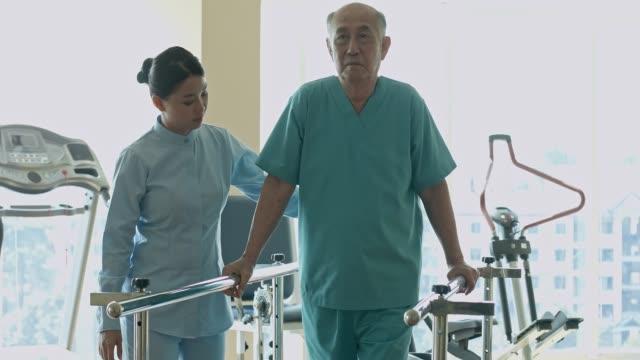 中国看護師支援シニア男に回復 - 介護点の映像素材/bロール