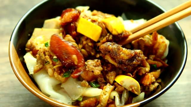 vídeos de stock, filmes e b-roll de o macarronete cozinhado chinês do arroz rola na bacia - fine dining