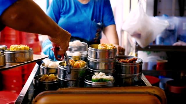 stockvideo's en b-roll-footage met chinese gestoomde soep knoedel is echt in penang, maleisië - maleisië