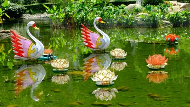 vidéos et rushes de lanterne chinoise swan et lotus en étang - art et artisanat