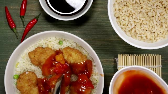 vídeos y material grabado en eventos de stock de dulce chino y pollo agridulce con arroz - comida china