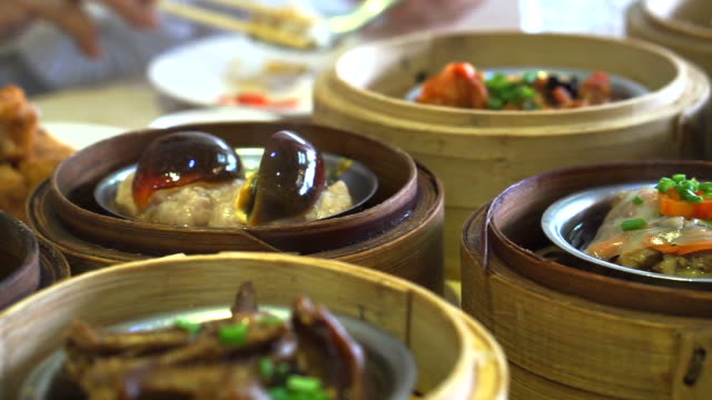Chinesische traditionelle Speisen, gedämpfte Dim Sum Yum Cha in Bambus-Tablett – Video