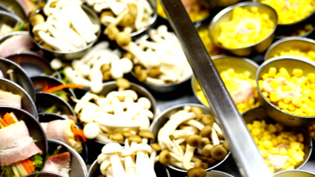 Comida tradicional China, cocido al vapor suma dévil, yum cha en bandeja de bambú - vídeo