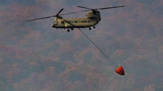 Chinook helicopter with Bambi bucket video