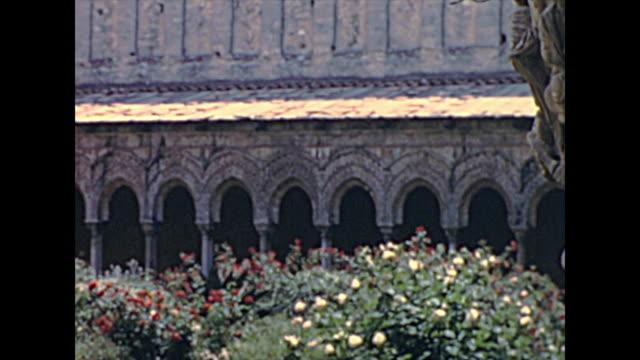 モンレアーレの町のキオストロ・デイ・ベネデッティーニ - モンレアーレ点の映像素材/bロール