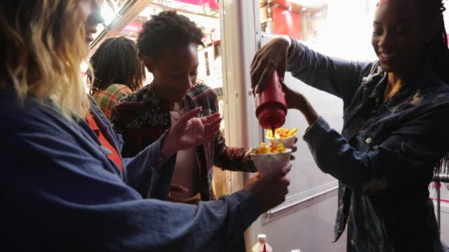 chips und dips auf einem festival - teenage friends sharing food stock-videos und b-roll-filmmaterial