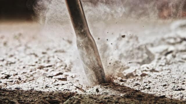 vídeos de stock e filmes b-roll de slo mo chisel of a jackhammer penetrating concrete - dureza