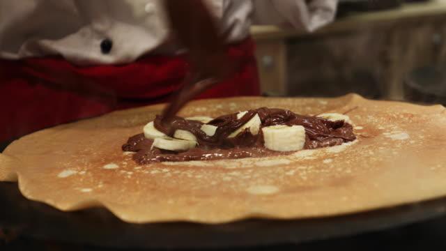 choklad och banan crepes recept - crepes bildbanksvideor och videomaterial från bakom kulisserna