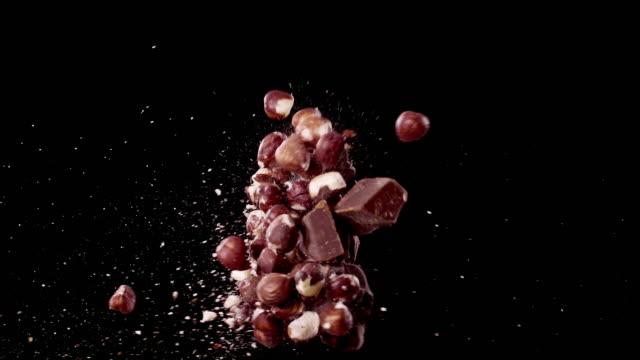 vídeos y material grabado en eventos de stock de chocolate y avellanas colisionando en el air super slow motion video 1000 fps - ingrediente