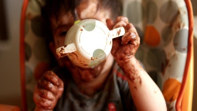 vídeos y material grabado en eventos de stock de chocolate bebé comiendo - desordenado