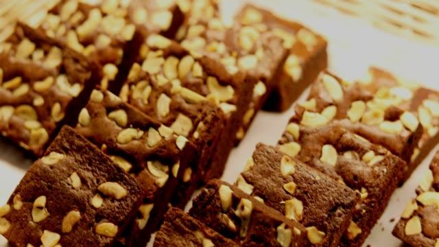 chokladbrownies med tårta cookies - brownie bildbanksvideor och videomaterial från bakom kulisserna