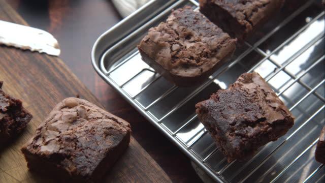 chokladbrownies med ingredienser och bakverktyg - brownie bildbanksvideor och videomaterial från bakom kulisserna