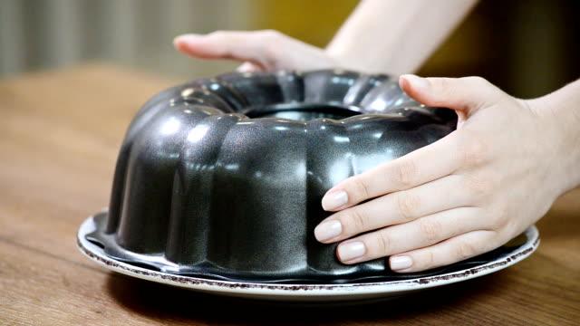 チョコレート ケーキ。グラタン皿から選択します。 - ジャンクフード点の映像素材/bロール