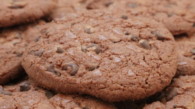 stockvideo's en b-roll-footage met chocolade koekjes stapel smakelijke biscuit achtergrond 4k - ongezond leven