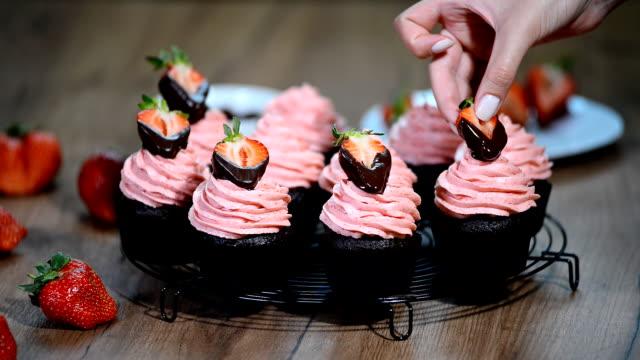 ストロベリー クリームとチョコレートのカップケーキ。 - カップケーキ点の映像素材/bロール