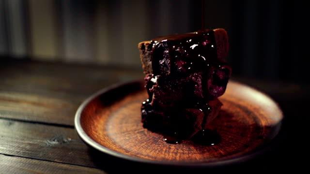 choklad droppar på brownie kaka. mörk choklad rinner på chokladkaka - brownie bildbanksvideor och videomaterial från bakom kulisserna