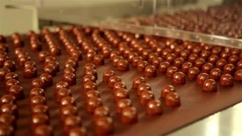 vídeos y material grabado en eventos de stock de fábrica de chocolate - dulces