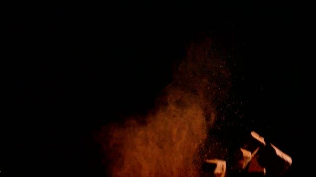 vídeos de stock e filmes b-roll de chocolate food explosion with cocoa powder and chocolate chips - cacau em pó