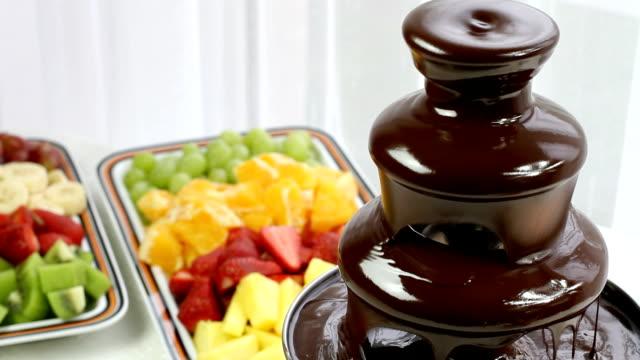 vídeos y material grabado en eventos de stock de fuente de chocolate y frutas (hd) - baby shower