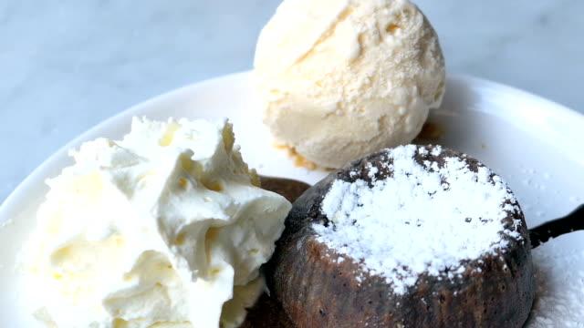 vídeos y material grabado en eventos de stock de lava con helado de chocolate - suflé