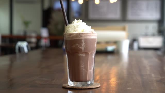 stockvideo's en b-roll-footage met chocolade milkshake - milkshake