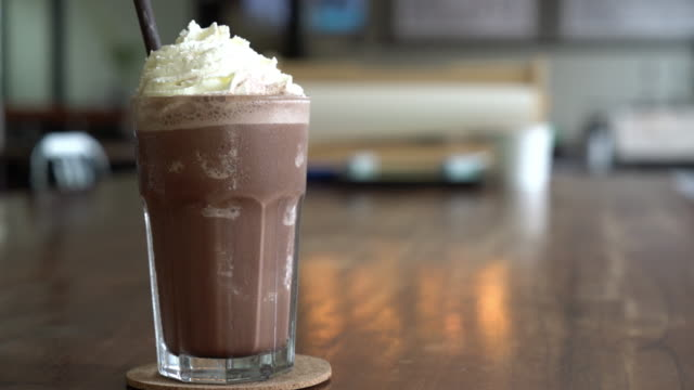 chocolate milkshake - vídeo