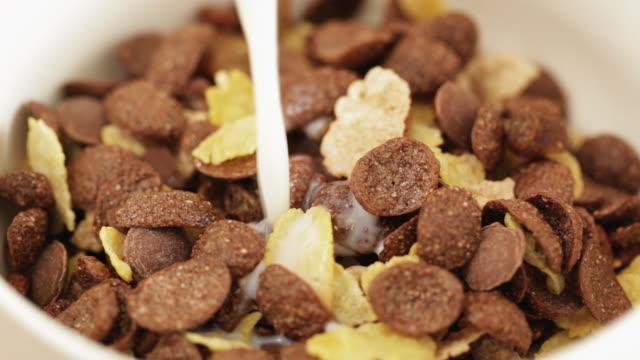 stockvideo's en b-roll-footage met chocolate muesli - minder dan 10 seconden