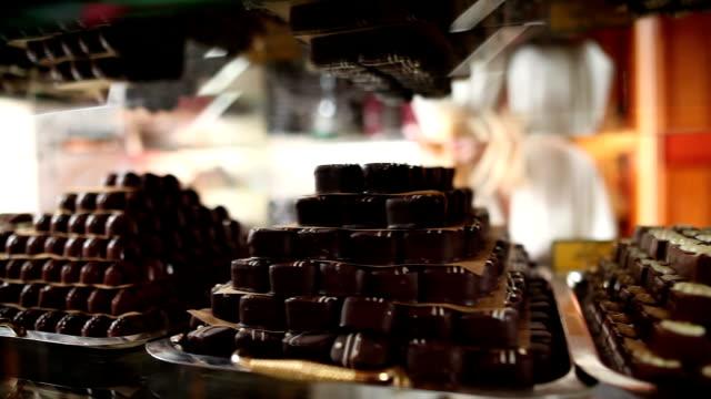 hd macro: praline al cioccolato - modella negozio video stock e b–roll