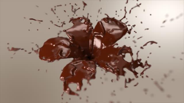 çikolata bir plumeria çiçek şekline dönüşüyor. - kahverengi stok videoları ve detay görüntü çekimi