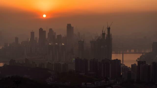 vídeos y material grabado en eventos de stock de día de skyline de la ciudad de chongqing a lapso de tiempo de la noche - río yangtsé