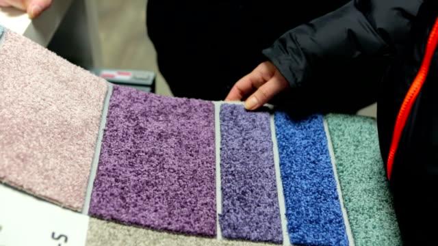 scegliere le giuste carpet colore. - moquette video stock e b–roll