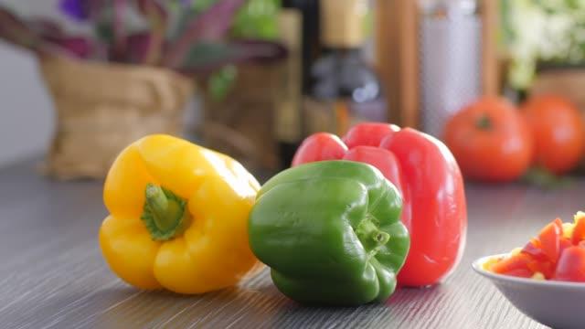 cibo crudo. tritare verdure.cibo sano. cucina colorata - sedano video stock e b–roll