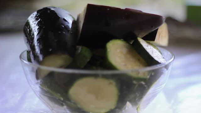 peperoncino melanzane in una tazza - melanzane video stock e b–roll