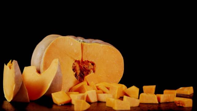 vídeos y material grabado en eventos de stock de la calabaza fresca picada gira lentamente. - cortar en trozos preparar comida