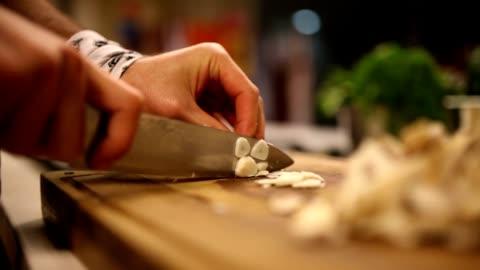 vídeos y material grabado en eventos de stock de picar ajo - cortar