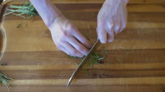 vidéos et rushes de couper aux herbes - plante aromatique