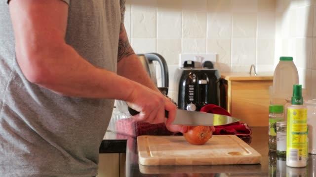 Hacken von Zwiebeln für eine Bolognese – Video